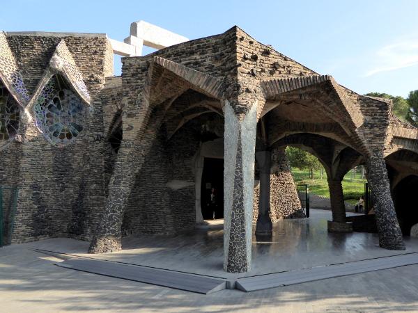 portal-krypta-gaudi-colonia-gueell-barcelona-freibeuter-reisen