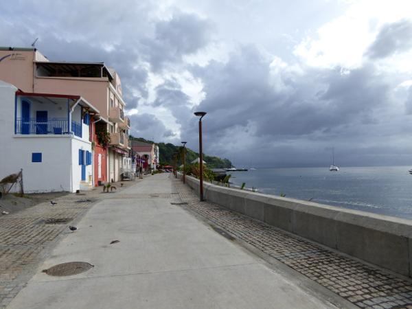 strandpromenade-wolken-saint-pierre-martinique-freibeuter-reisen