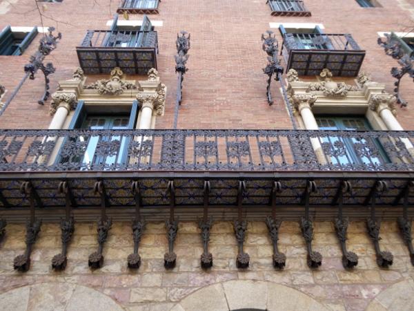 casa-de-les-punxes-barcelona-freibeuer-reisen-balkon-schmiedeeisen