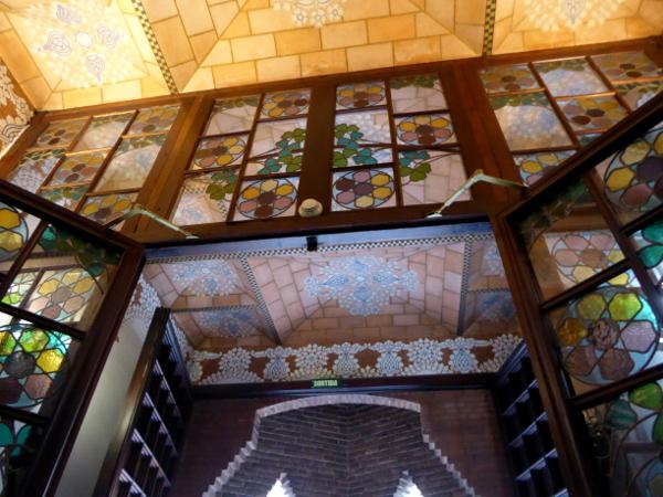 casa-de-les-punxes-barcelona-freibeuer-reisen-eingang-modernistisch