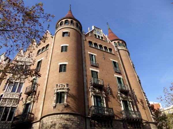 casa-de-les-punxes-barcelona-freibeuer-reisen-fassade-rosa