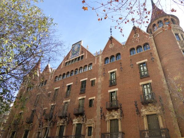 casa-de-les-punxes-barcelona-freibeuer-reisen-fassade-sant-jordi