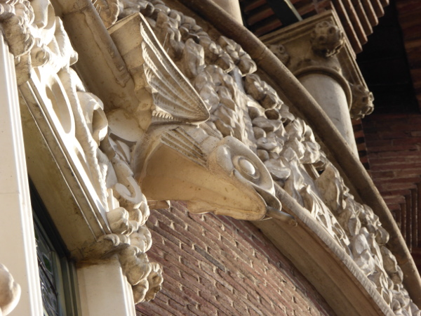 casa-de-les-punxes-barcelona-freibeuer-reisen-fliegende-fische-symbole