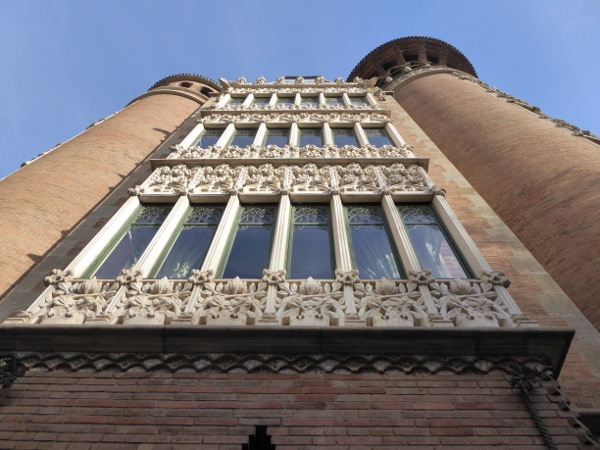 casa-de-les-punxes-barcelona-freibeuer-reisen-von-unten-balkone