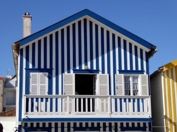 blau-fischerhuetten-costa-nova-bei-aveiro-freibeuter-reisen