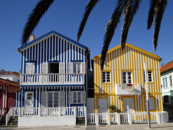 blau-gelb-fischerhuetten-costa-nova-bei-aveiro-freibeuter-reisen