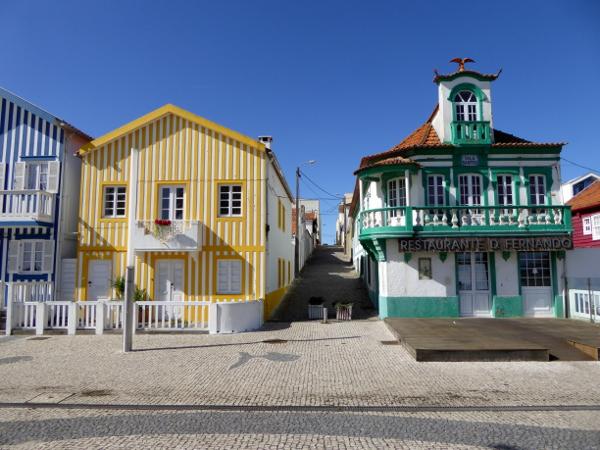 gruen-gelb-fischerhuetten-costa-nova-bei-aveiro-freibeuter-reisen