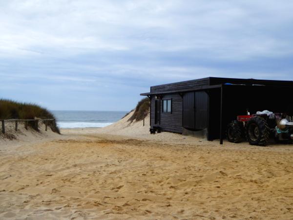 holz-strand-palheiros-fischerhuetten-praia-da-tocha-freibeuter-reisen
