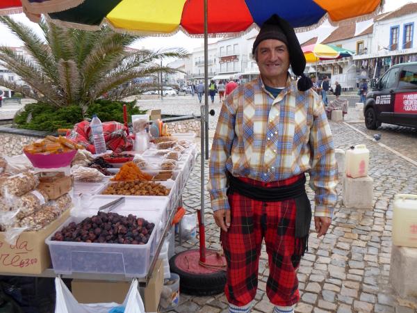nazare-farbenfrohe-verkaeufer-centro-de-portugal-freibeuter-reisen