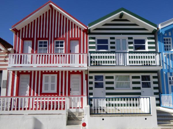 rot-gruen-fischerhuetten-costa-nova-bei-aveiro-freibeuter-reisen