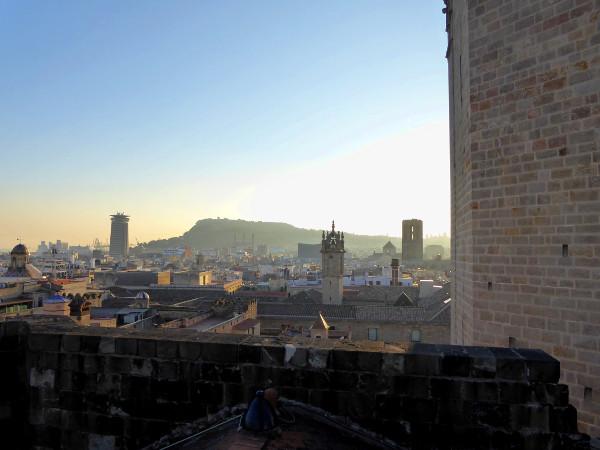 blick-auf-montjuic-von-dach-der-kathedrale-barcelona-freibeuter-reisen