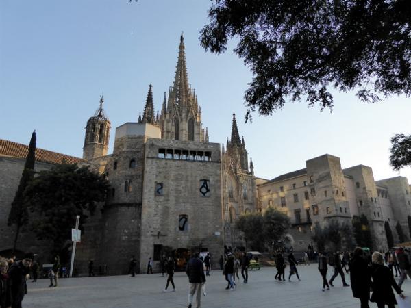 platz-vor-der-kathedrale-barcelona-freibeuter-reisen