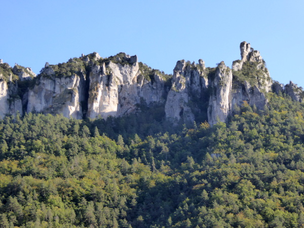 berge-maison-vautours-geier-lozere-freibeuter-reisen
