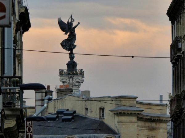 blick auf statue Place quinconces bordeaux am abend freibeuter reisen