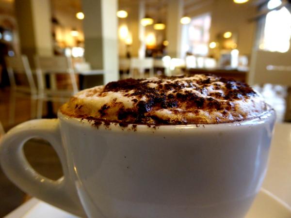 schöne cafes in barcelona freibeuter reisen cappuccino