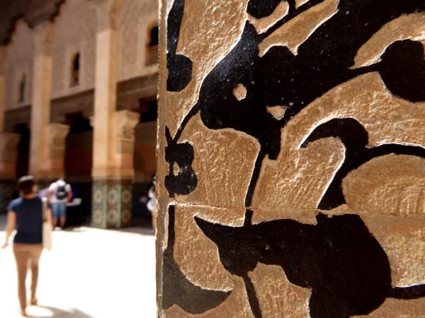 Marrakesch schrift an den saeulen der Medersa ben youseff freibeuter reisen