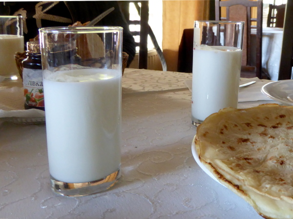 bulgarische kueche fruehstueck ayran joghurt wasser getraenk freibeuter reisen