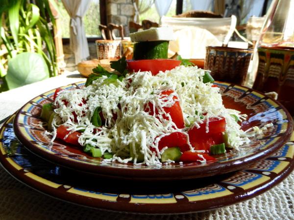 bulgarische kueche schopska salat freibeuter reisen restaurant rodina