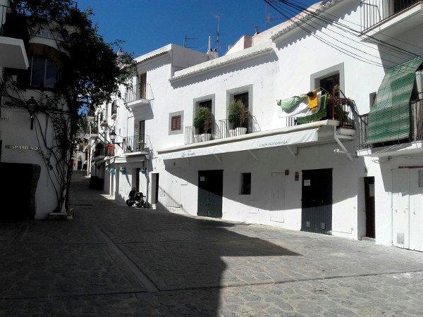 dalt Vila eivissa ibiza gasse freibeuter reisen