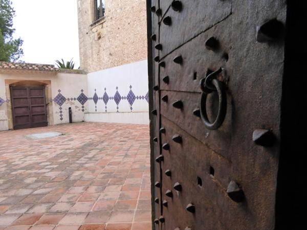 castelldefels burg bei barcelona hof kirche Freibeuter reisen