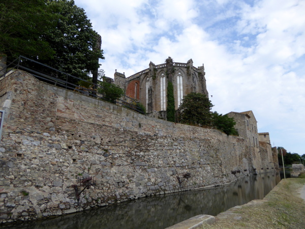 stadtmauer castello empuries kathedrale kirche hintergrund freibeuter reisen
