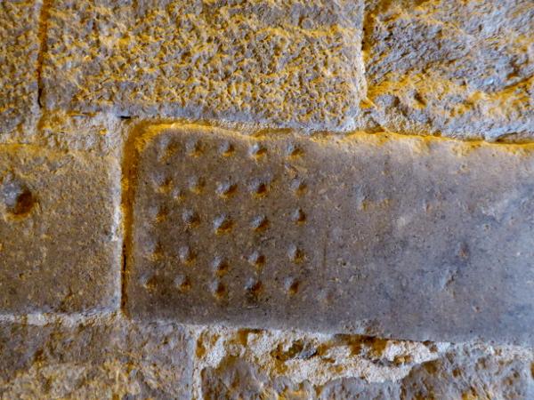 steine aus der alten burg kerkerwand castello empuries freibeuter reisen