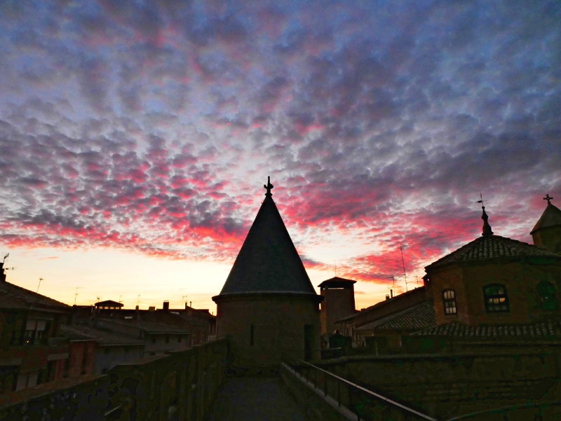 Olite palacio real rosa wolken navarra spanien