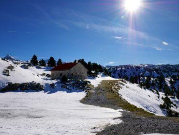 haus im schnee berge valle de roncal navarra spanien
