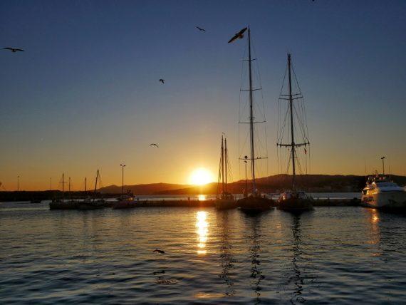 palamos freibeuter reisen schiffe hafen sonnenuntergang drei boote