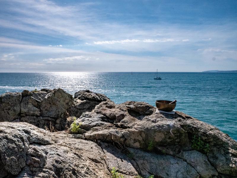 mindfulness meditation punta falconera costa brava klangschale