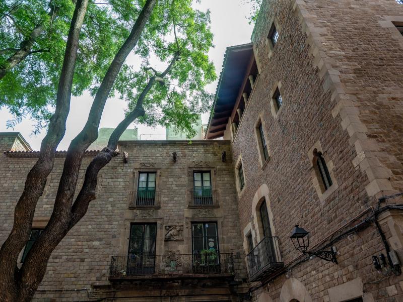 barcelona reisende haeuser plaça felipe neri