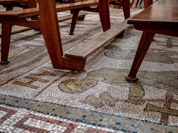 Kirche Mosaik Lebensbaum