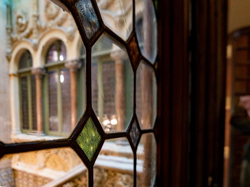 blick auf das treppenhaus palau baro de quadras barcelona