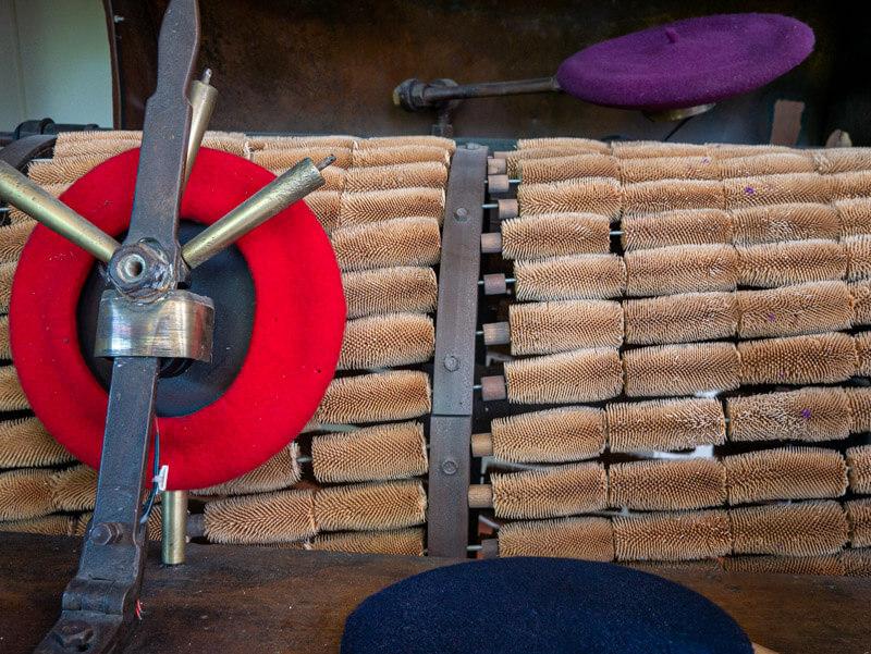 Färben udn Bürsten musee beret bearnais-baskenmuetze